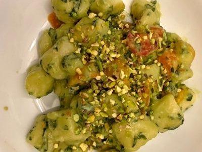 Gnocchi al Pesto Pomodorini e Pistacchi.